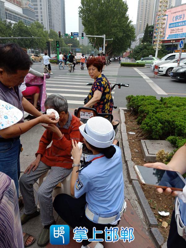 老人过马路犯病倒地 邯郸民警紧急救助帮其脱险