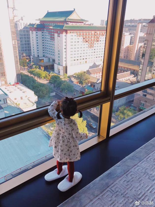 陈赫晒女儿穿爸爸大号拖鞋 提醒网友假期余额不足