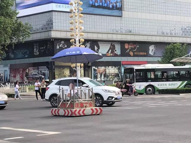 邯鄲一女子躺在交通崗上引眾人圍觀!事發中華大街人民路交叉口!