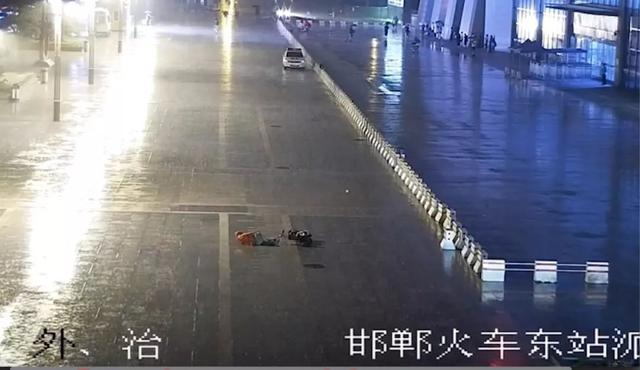 邯郸一老人雨夜骑车摔骨折,铁警半跪着为老人撑伞等待救护