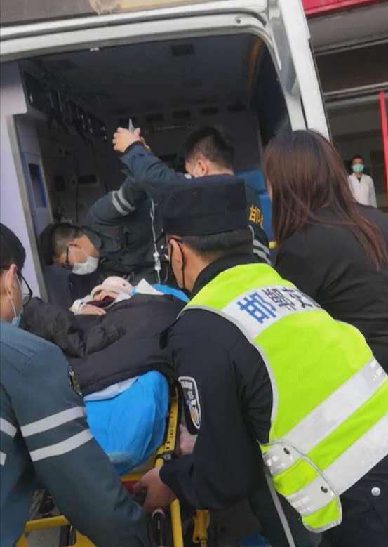 <b>邯郸女童摔伤头部血流不止!民警两次拉响警报与时间赛跑</b>