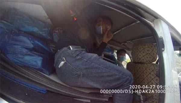 男子斜坐車內 客貨混裝既憋屈又危險