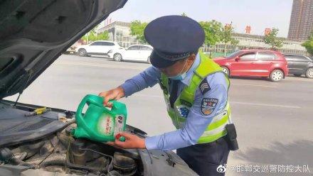 """男子修車一波三折 民警挺身而出秒變""""修車工"""""""