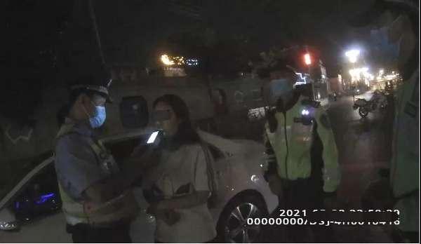 女子酒后駕車找代駕 代駕沒到警察先到