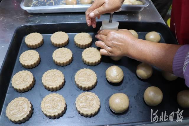 河北邯鄲:迎中秋 打月餅