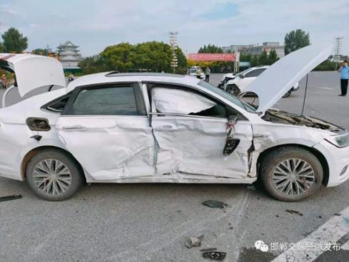 驚險!超速撞車,一條安全帶救了三條命!