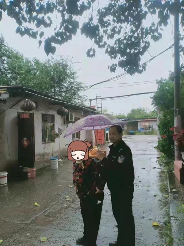 七旬老人雨中走失,復興公安暖心相助